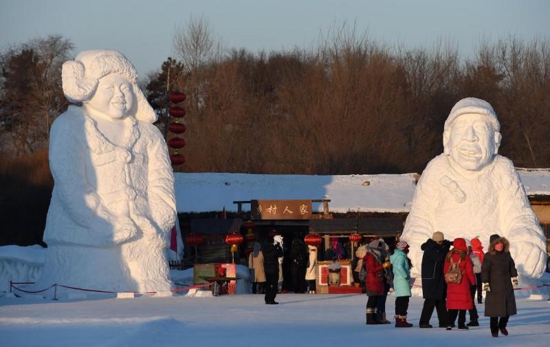 (160111) -- HARBIN, Jan. 11, 2016 (Xinhua) --People visit the Sun Island Snow Expo in Harbin, capital of northeast China's Heilongjiang Province, Jan. 10, 2015.  (Xinhua/Wang Jianwei) (zwx)