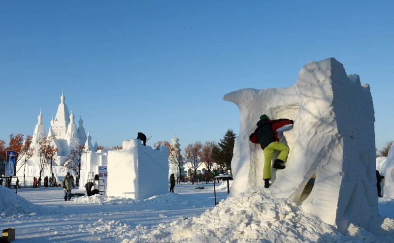 (160110) -- HARBIN, Jan. 10, 2016 (Xinhua) -- Contestants make a snow sculpture in Harbin, capital of northeast China's Heilongjiang Province, Jan. 10, 2016. The 21st Harbin International Snow Sculpture Contest opened here on Sunday with some 110 contestants from 15 countries taking part. (Xinhua/Wang Jianwei) (cxy)