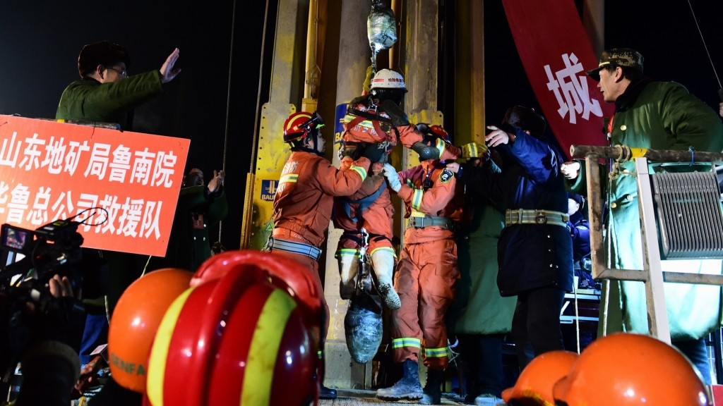 (160129) -- PINGYI, Jan. 29, 2016 (Xinhua) -- The first miner is lifted from a collapsed mine in Pingyi, east China's Shandong Province, Jan. 29, 2016. Two workers were lifted from a collapsed mine in Shandong on Friday night after spending 36 days trapped underground.  (Xinhua/Guo Xulei)(mcg)