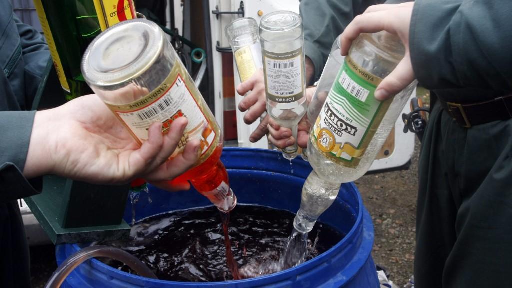 Sátoraljaújhely, 2009. november 25. Vámosok hordóba öntenek szeszes italokat a sátoraljaújhelyi szennyvíztelepen, ahol megsemmisítik az elmúlt két évben lefoglalt mintegy 22 ezer liternyi illegális szeszt: sört, bort, pezsgõt, aromát. A szesz egy része jövedéki, másik része bûnügyi lefoglalásból származik, a megsemmisítés ezért nagyon szigorú szabályok között történik. MTI Fotó: Vajda János