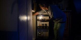 Salgótarján, 2014. december 3.Rozgonyi Emil gyertyafénynél reggelit készít Salgótarján Rónabánya városrészében lévő otthonában 2014. december 3-án. A településrészen december 1-je estétől - egy órát kivéve - nincs áramszolgáltatás.MTI Fotó: Komka Péter