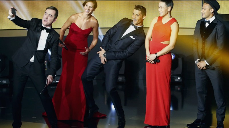 (L-R) Ceremony's host British actor James Nesbitt takes a selfie with Houston Dash's Carli Lloyd of the U.S., Real Madrid's Cristiano Ronaldo of Portugal, FFC Frankfurt's Celia Sasic of Germany and FC Barcelona's Neymar of Brazil during the FIFA Ballon d'Or 2015 awards ceremony in Zurich, Switzerland, January 11, 2016.   REUTERS/Ruben Sprich TPX IMAGES OF THE DAY - RTX21WGB