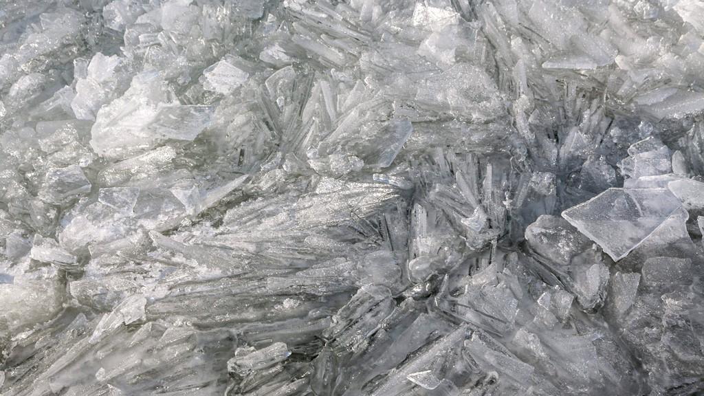Fonyód, 2016. január 18.Az erős északi szél miatt tarajosra fagyott víz Fonyódon, a Balaton partján 2016. január 18-án.MTI Fotó: Varga György