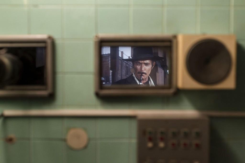 Budapest, 2016. január 21.Lee van Cliff amerikai filmszínész látszik Sergio Leone A Jó, a Rossz és a Csúf című, a Bem Moziban vetített westernfilmjében a vetítőház ablakán keresztül fotózva 2016. január 21-én. Újra nyílt a klasszikus és kultfilmeket vetítő Bem Mozi, ahol az elmúlt évtizedek legjobb, eredeti nyelvű, 35 milliméteres mozikópiáit láthatja a közönség.MTI Fotó: Szigetváry Zsolt
