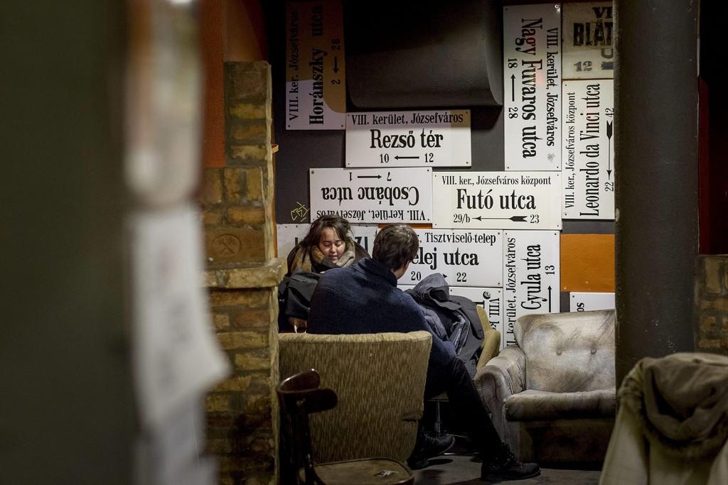 Budapest, 2016. január 21.Vendégek a Bem Mozi kávézójában 2016. január 21-én. Újra nyílt a klasszikus és kultfilmeket vetítő Bem Mozi, ahol az elmúlt évtizedek legjobb, eredeti nyelvű, 35 milliméteres mozikópiáit láthatja a közönség.MTI Fotó: Szigetváry Zsolt