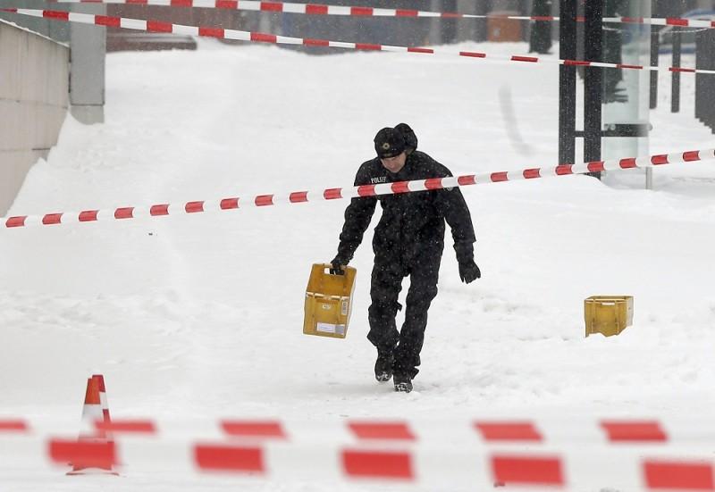 Berlin, 2016. január 6. Egy rendõr sárga postai mûanyagládával a kezében a berlini kancellária hivatal közelében, miután gyanús csomag miatt lezárták a környéket 2016. január 6-án. (MTI/AP/Michael Sohn)