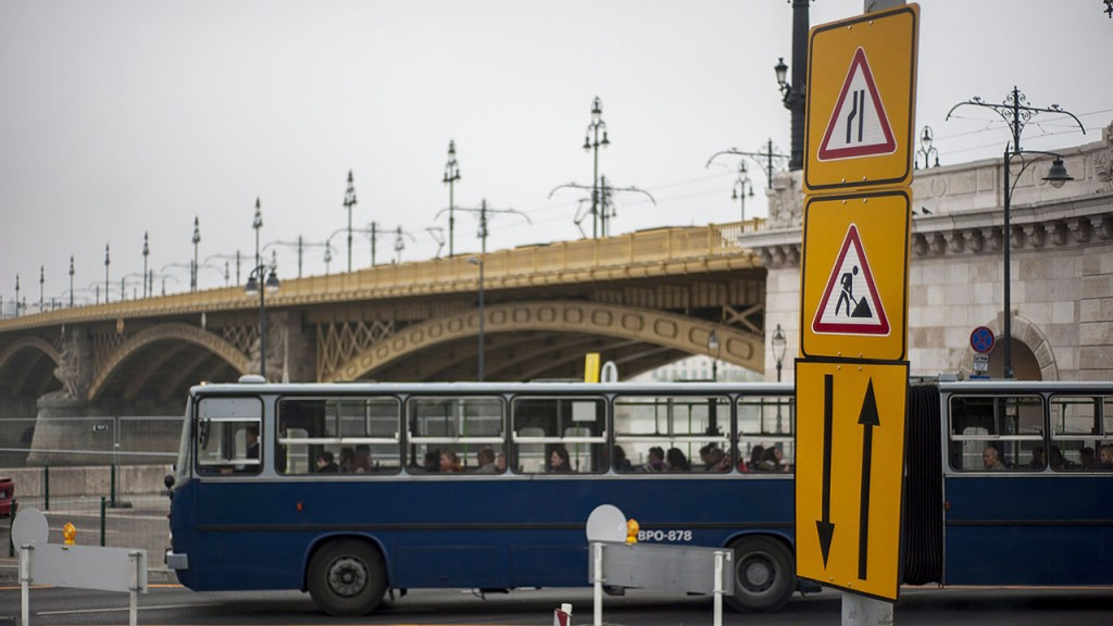 Budapest, 2014. november 10.Autóbusz Budapesten, az Árpád fejedelem útján 2014. november 10-én, miután lezárták a budai alsó rakpart le- és felhajtóágát a Margit hídnál a budai fonódó villamoshálózat építése miatt.MTI Fotó: Marjai János