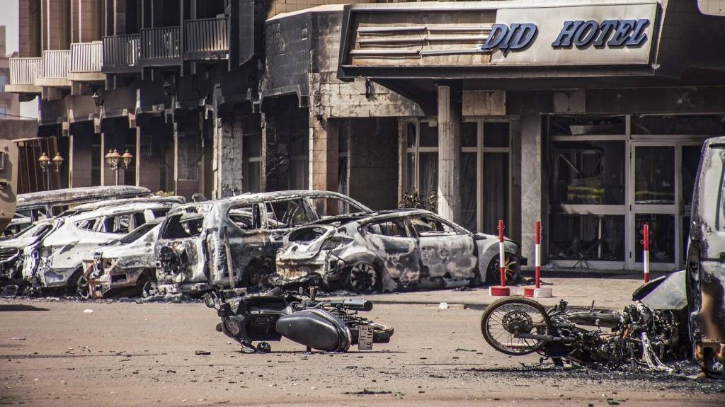 Ouagadougou, 2016. január 16. Kiégett jármûvek roncsai a Burkina Fasó-i fõváros, Ouagadougou központjában fekvõ Splendid Hotel közelében történt terrortámadás helyszínén 2016. január 16-án, miután az éjszaka folyamán az al-Kaida nemzetközi terrorhálózat észak-afrikai szárnya, az AQIM megtámadta a fõleg külföldi turisták és ENSZ-alkalmazottak által lakott luxusszállodát és a közelében lévõ kávézót. A támadásban  legkevesebb húsz ember életét vesztette. (MTI/EPA/Wouter Elsen)