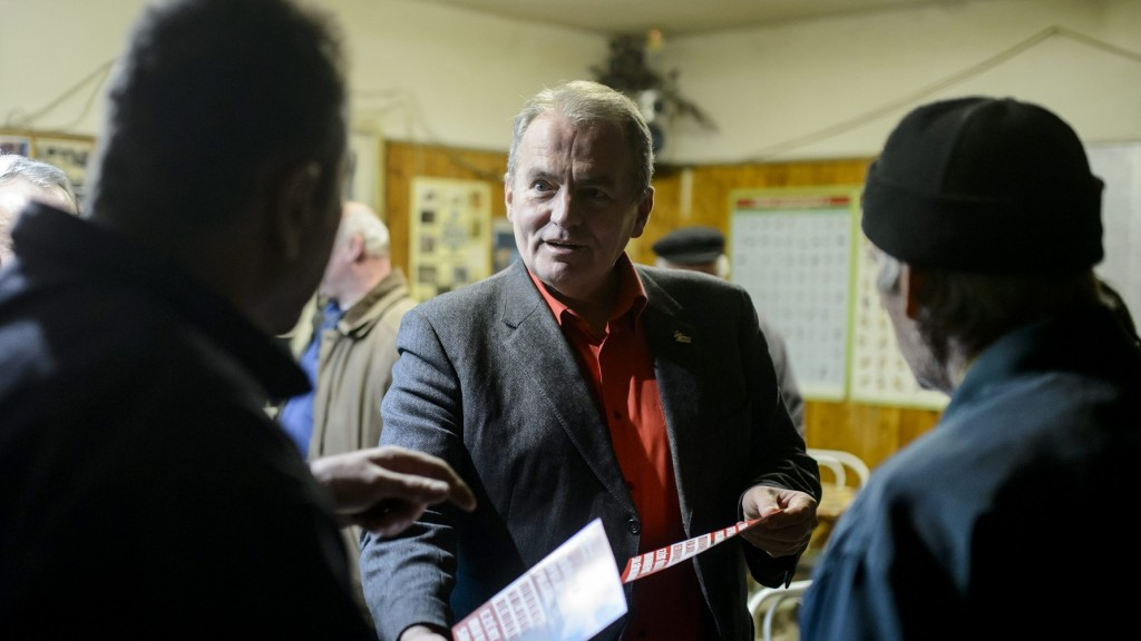 Salgótarján, 2016. január 20. Thürmer Gyula, a Munkáspárt elnöke, a párt polgármesterjelöltje (k) egy salgótarjáni sörözõben 2016. január 20-án. A nógrádi megyeszékhelyen február 28-án tartják az idõközi polgármester-választást, amit Dóra Ottó polgármester halála miatt kellett kiírni. A kampányidõszak január 9-tõl február 28-ig tart. MTI Fotó: Komka Péter