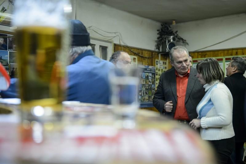 Salgótarján, 2016. január 20. Thürmer Gyula, a Munkáspárt elnöke, a párt polgármesterjelöltje (j3) egy salgótarjáni sörözõben 2016. január 20-án. A nógrádi megyeszékhelyen február 28-án tartják az idõközi polgármester-választást, amit Dóra Ottó polgármester halála miatt kellett kiírni. A kampányidõszak január 9-tõl február 28-ig tart. MTI Fotó: Komka Péter