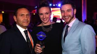 Doha, 2014. december 1. A Magyar Úszó Szövetség (MÚSZ) által közreadott képen Hosszú Katinka világbajnok úszó az év legjobb nõi úszójának járó elismeréssel, mellette Gyárfás Tamás, a MÚSZ elnöke (b) és Shane Tusup, az úszónõ férje és edzõje a nemzetközi sportági szövetség, a FINA díjátadó gálaestjén a dohai Grand Hyatt szálló báltermében 2014. december 1-jén. MTI Fotó: Músz / Szaka József
