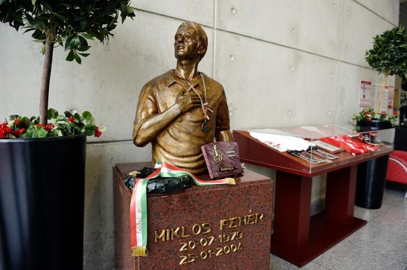 Lisszabon, 2012. december 6. A 2004-ben, a Benfica játékosként meghalt Fehér Miklós magyar válogatott labdarúgó szobra a portugál csapat stadionjában, az Estadio da Luzban, Lisszabonban 2012. december 6-án. MTI Fotó: Beliczay László