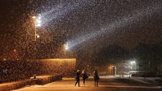 Debrecen, 2016. január 15. Gyalogosok a sûrû hóesésben a debreceni Egyetem téren 2016. január 15-én. MTI Fotó: Czeglédi Zsolt