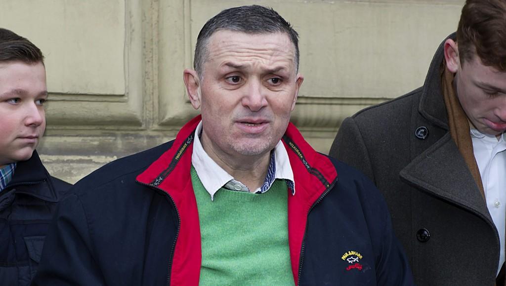 Székesfehérvár, 2016. január 24. Galambos Lajos, a Lagzi Lajcsi néven ismert zenész nyilatkozik, miután távozott a székesfehérvári büntetés-végrehajtási intézetbõl 2016. január 24-én. A bíróság az ügyészi indítványt elutasítva nem hosszabbította meg a gyanúsított Galambos Lajos elõzetes letartóztatását. MTI Fotó: Lakatos Péter