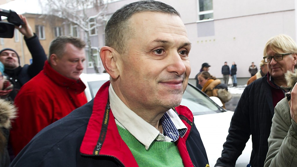 Székesfehérvár, 2016. január 24. Galambos Lajos, a Lagzi Lajcsi néven ismert zenész távozik a székesfehérvári büntetés-végrehajtási intézetbõl 2016. január 24-én, miután a bíróság az ügyészi indítványt elutasítva nem hosszabbította meg a gyanúsított elõzetes letartóztatását. MTI Fotó: Lakatos Péter