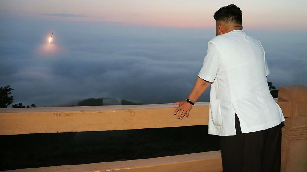 Észak-Korea, 2014. július 1.A KCNA észak-koreai hírügynökség által 2014. július elsején közreadott képen Kim Dzsong Un első számú vezető, a Koreai Munkapárt első titkára az Északi Stratégiai Erő rakétakilövési gyakorlatozásán vesz részt egy ismeretlen helyszínen. 2014. június 29-én Észak-Korea újabb két rövid hatótávolságú ballisztikus rakétát lőtt ki a Japán-tengerre azt követően, hogy pár nappal korábban a kommunista ország három rövid hatótávolságú rakétát tesztelt ugyanebben a térségben. (MTI/EPA/KCNA)