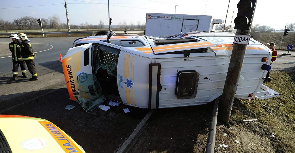 Üllõ, 2016. január 19. Oldalára borult mentõautó a 4-es fõút Üllõ és Gyömrõ közötti szakaszán 2016. január 19-én. A mentõ megkülönböztetõ jelzését használva vitt kórházba egy szülõ nõt, amikor összeütközött egy kisteherautóval, majd az oldalára borult. A kismamának nem esett baja, egy másik mentõautóval juttatták el a kórházba. A mentõápoló karsérülést, a sofõr könnyebb mellkasi sérülést szenvedett, míg a teherautó vezetõjét könnyebb fejsérüléssel ápolják. MTI Fotó: Mihádák Zoltán