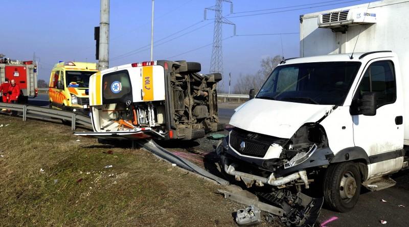 Üllõ, 2016. január 19. Oldalára borult mentõautó és egy összetört kisteherautó a 4-es fõút Üllõ és Gyömrõ közötti szakaszán 2016. január 19-én. A mentõ megkülönböztetõ jelzését használva vitt kórházba egy szülõ nõt, amikor összeütközött a kisteherautóval, majd az oldalára borult. A kismamának nem esett baja, egy másik mentõautóval juttatták el a kórházba. A mentõápoló karsérülést, a sofõr könnyebb mellkasi sérülést szenvedett, míg a teherautó vezetõjét könnyebb fejsérüléssel ápolják. MTI Fotó: Mihádák Zoltán