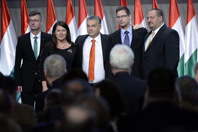 Budapest, 2015. december 13. Orbán Viktor miniszterelnök, a Fidesz elnöke (k), valamint a párt újonnan megválasztott alelnökei, Kubatov Gábor, Pelczné dr. Gáll Ildikó, Gulyás Gergely és Németh Szilárd (b-j) a Fidesz XXVI., tisztújító kongresszusán a budapesti Hungexpón 2015. december 13-án. MTI Fotó: Kovács Tamás