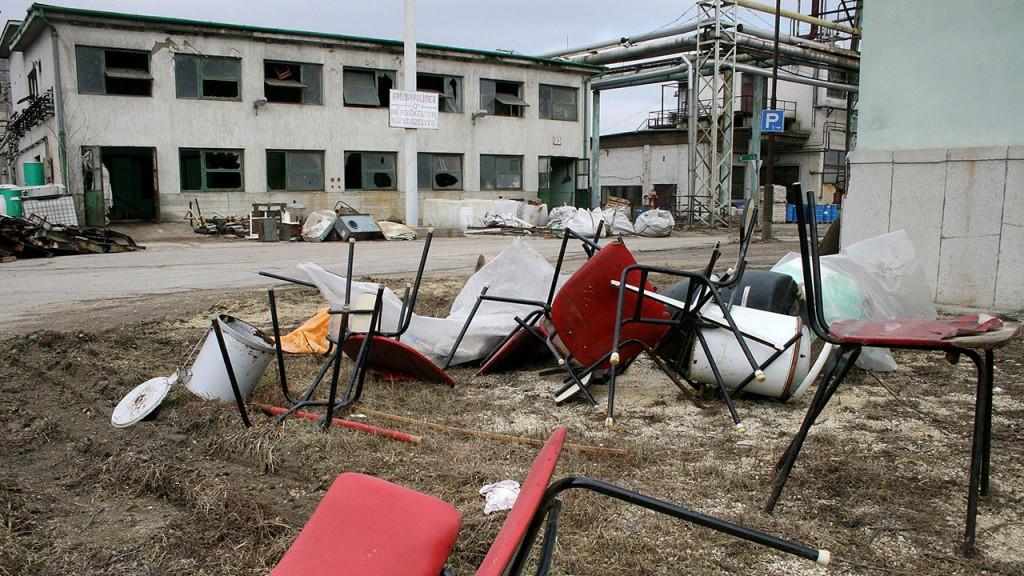 Balatonfűzfő, 2006. február 22. A kiürített gyárépületeket folyamatosan bontják a balatonfüzfői Nitrokémia Rt. telephelyein a környezeti károk felszámolásakor. A 2000-ben leállított higanyos technológiával üzemeltetett klóralkáli üzem területén a higannyal szennyezett talajt kitermelik és veszélyes hulladéklerakókban ártalmatlanítják. A nem hasznosítható épületeket és építményeket elbontják.MTI Fotó: Nagy Lajos