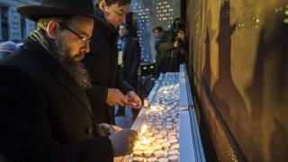 Budapest, 2016. január 17. Oberlander Báruch, a Budapesti Ortodox Rabbinátus és a Chabad-Lubavics irányzat magyarországi vezetõje (b) és Vattamány Zsolt, Erzsébetváros polgármestere (Fidesz-KDNP) mécsest gyújt a budapesti gettó felszabadításának 71. évfordulója alkalmából tartott megemlékezésen a Dohány utcában, az egykori gettó emlékfalánál 2016. január 17-én. MTI Fotó: Mohai Balázs