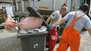 Budapest, 2012. szeptember 17. A Nemzeti Élelmiszerlánc-biztonsági Hivatal (NÉBIH) munkatársai összegyûjtik azt a több tíz tonna hamisított lefoglalt  élelmiszert 2012. szeptember 17-én, amit a Nemzeti Adó- és Vámhivatal (NAV) és a NÉBIH rajtaütésszerû akciójának eredményeként találtak egy kõbányai hûtõházban. MTI Fotó: Bruzák Noémi