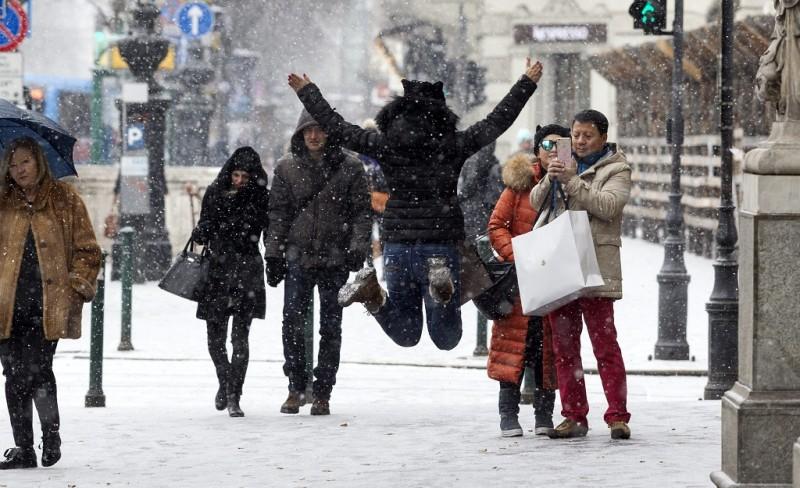 Budapest, 2016. január 4. Turisták fényképezik egymást a hóesésben az Andrássy úton 2016. január 4-én. MTI Fotó: Szigetváry Zsolt