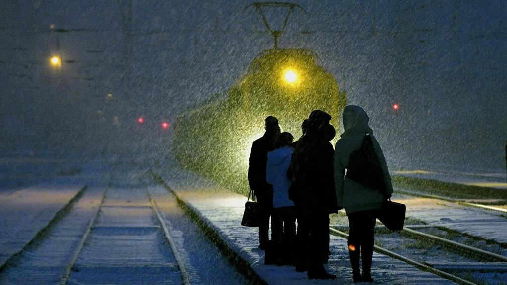 Budapest, 2015. január 29.Utasok várakoznak a Vác felől érkező személyvonatra a sűrű hóesésben Rákospalota-Újpest vasútállomáson 2015. január 29-én.MTI Fotó: Máthé Zoltán