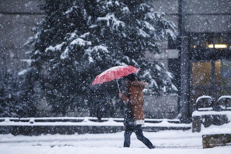 Nagykanizsa, 2016. január 6.Gyalogos halad a sűrű hóesésben Nagykanizsán 2016. január 6-án.MTI Fotó: Varga György