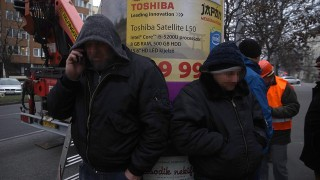 Budapest, 2016. január 2.Biztonsági őrök a Mahir Cityposter Kft. egyik hirdetőoszlopa mellett a XI. kerületi Bocskai úton 2016. január 2-án. A fővárosi közútkezelő megbízásából megkezdték a társaság hirdetőoszlopainak lebontását.MTI Fotó: Balogh Zoltán