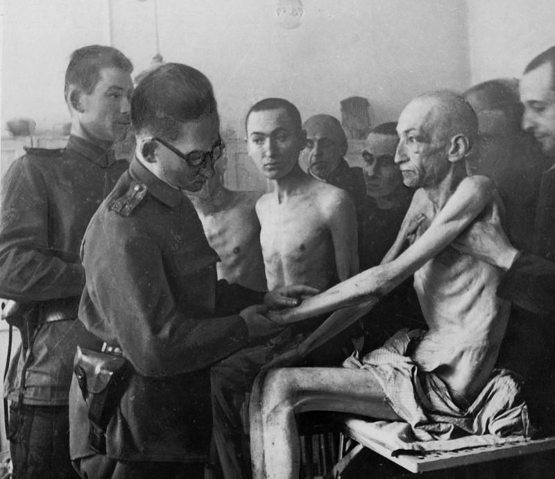Un medecin militaire de l'Armee Rouge examine un deporte survivant (Photographie prise lors de la liberation du camp par l'Armee Rouge) 19450127.