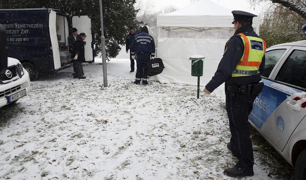 Budapest, 2016. január 4. Elszállítanak egy holttestet a Városligetbõl 2016. január 4-én, amelyet a Városligeti-tó melletti bokros részen találtak. MTI Fotó: Mihádák Zoltán