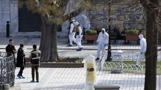 Isztambul, 2015. január 12. Török rendõrök helyszínelnek az isztambuli Sultanahmet negyedben lévõ Kék mecset és a Hagia Sophia múzeum környékén, ahol egy öngyilkos merénylõ pokolgépet robbantott. A török kormány szerint az Iszlám Állam iszlamista terrorszervezet által elkövetett támadás következtében tíz ember – köztük nyolc német és egy perui állampolgár – életét vesztette. (MTI/AP/Cihan Hírügynökség)