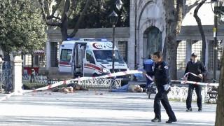 Isztambul, 2016. január 12. Három férfi holtteste hever a földön, amint a rendõrök lezárják az isztambuli Kék mecsethez és a Hagia Sophia múzeumhoz közeli téren elkövetett robbantás helyszínét 2016. január 12-én. A detonációban a török nagyváros kormányzósága szerint legkevesebb tízen életüket vesztették, tizenöten pedig megsebesültek. (MTI/EPA)