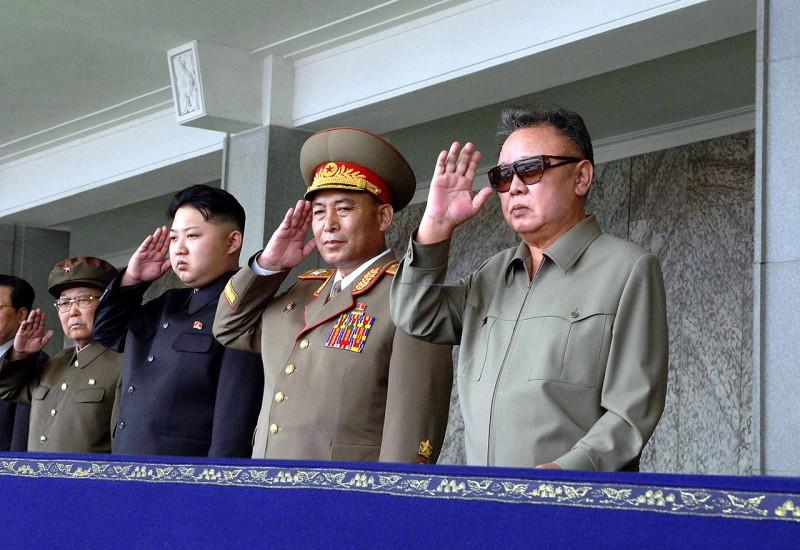 Phenjan, 2011. december 19.A hivatalos észak-koreai hírügynökség, a KCNA által közreadott archív képen KIM Dzsong Il észak-koreai vezető (j) fia és kijelölt utódja, KIM Dzsong Un (b2) és katonatisztek társaságában a Koreai Népi Demokratikus Köztársaság megalapításának 63. évfordulója alkalmából tartott katonai felvonulást nézik 2011. szeptember 19-én, Phenjanban. 2011. december 19-én a KCNA bejelentette, hogy Kim Dzsong Il 2011. december 17-én, 69 éves korában elhunyt. (MTI/XINHUA/KCNA)
