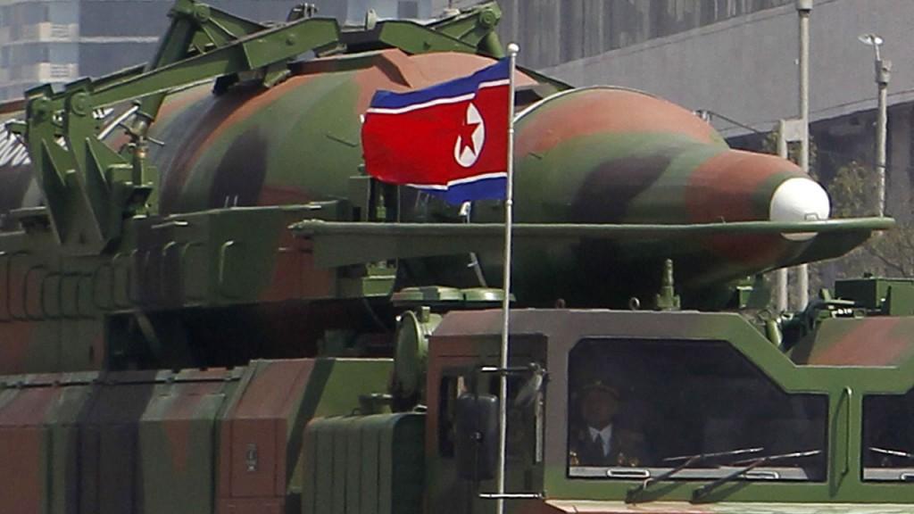 Phenjan, 2012. április 15.Rakétaszállító teherjármű megy a kommunista észak-koreai államot megalapító Kim Ir Szen születésének 100. évfordulója alkalmából rendezett díszszemlén a phenjani Kim Ir Szen téren 2012. április 15-én. Elemzők szerint a rakétát közelebbről megvizsgálva látszik, hogy a robbanófej felszíne hullámos, ami arra utal, hogy vékony fémlemezből készült, így nem bírná ki a nyomást repülés közben. Szakértők állítják, hogy a katonai parádén felvonultatott fél tucat rakéta gyenge minőségű utánzat volt csupán. (MTI/AP/Ng Han Guan)