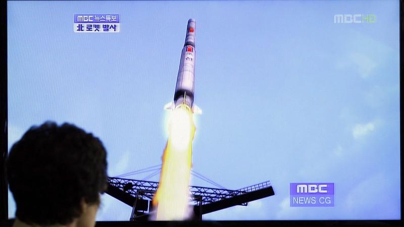 Szöul, 2012. április 13. Egy dél-koreai férfi nézi a televízió hírműsorát, amely az észak-koreai Unha-3 (másik nevén Taepodong-3) interkontinentális, ballisztikus rakéta fellövését sugározza Szöulban. Észak-Korea egy ENSZ-határozattal szembeszállva, a nemzetközi tiltakozások ellenére lőtte fel  nagy hatótávolságú rakétáját, amellyel állítása szerint egy meteorológiai műholdat kívánt a világűrbe juttatni. Az Egyesült Államok szerint valójában ballisztikus rakétát tesztelt. A rakéta nem sokkal a felbocsátás után  a Sárga-tengerbe csapódott. (MTI/AP/Li Dzsin Man)