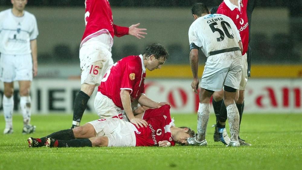 A Benfica portugál labdarúgóklub játékosai segítségért kiáltanak, miután csapattársuk, FEHÉR Miklós magyar csatár összeesett a Vitoria Guimaraes elleni bajnoki mérkõzés hosszabbításában Guimaraes 2004. január 25-én. A 24 éves, 25-szörös válogatott játékos kórházba szállítása után elhunyt. A halálát feltehetõleg szívroham okozta. (MTI/AP/ASF/Paulo Esteves)