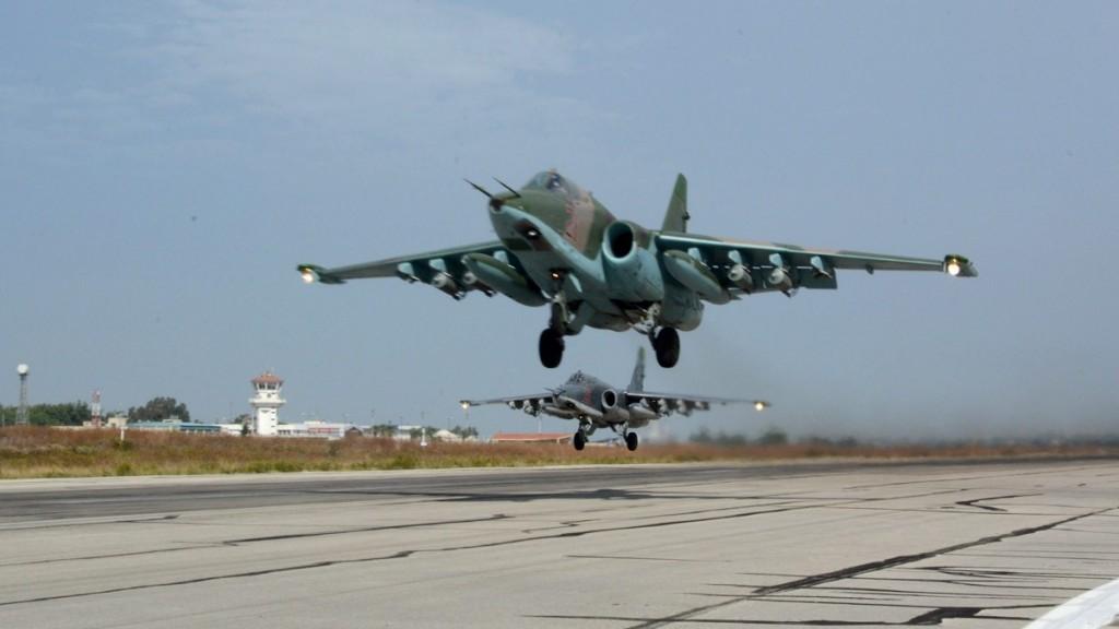 Hmeimim légitámaszpont, 2015. október 22. Egy bevetésre induló Szu-25-ös típusú vadászbombázó repülõgép felszáll a kifutóról nyugat-szíriai Hmeimim légitámaszponton 2015. október 22-én. A bázisról folyamatosan indulnak bevetésre orosz harci gépek. (MTI/AP/Vlagyimir Kondrasov)