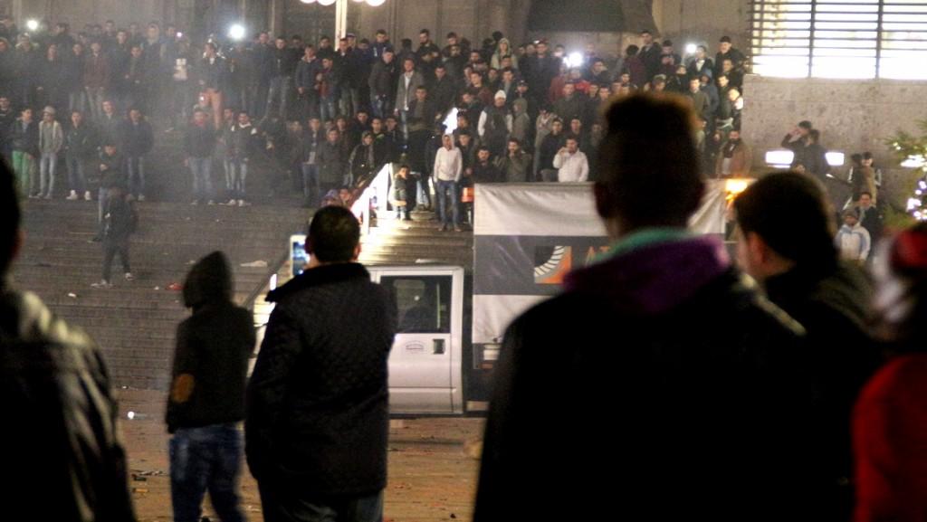 Köln, 2016. január 6. 2016. január 6-án elérhetővé vált kép a kölni főpályaudvarnál 2015. december 31-én, szilveszter éjszaka összegyűlt emberekről. Szemtanúk beszámolói alapján arab kinézetű, feltehetőleg észak-afrikai férfiak számos nőt molesztáltak a pályaudvar közelében.  (MTI/AP/Markus Böhm)
