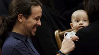 Madrid, 2016. január 13. Pablo Iglesias, a spanyol baloldali Podemos (Képesek vagyunk rá!) vezetõje frakciótársának, Carolina Bescansának a csecsemõjével, Diegóval játszik a parlament alakuló ülésén Madridban 2016. január 13-án. (MTI/AP/Daniel Ochoa de Olza)
