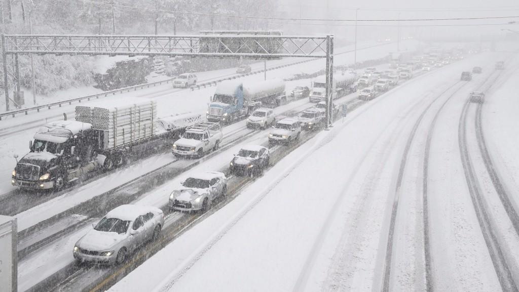 Nashville, 2016. január 22. Feltorlódott kocsisorok a sûrû hóesésben a Tennesse állambeli Nashville egyik autópályáján 2016. január 22-én. (MTI/AP/The Tennessean/Andrew Nelles)