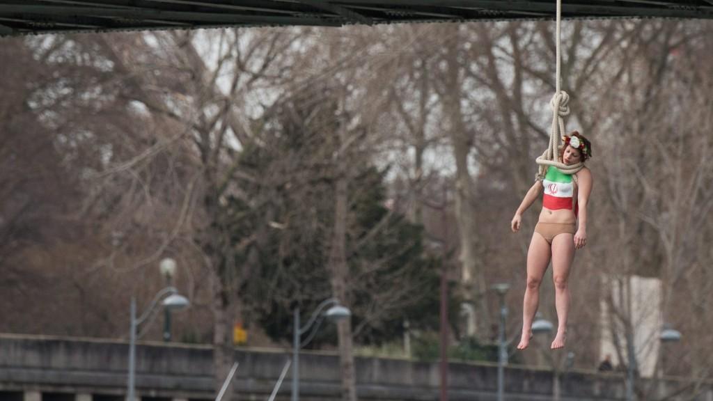 Párizs, 2016. január 28. Kötélen lóg egy hídról Sarah Constantin, a Femen nõjogi szervezet egyik aktivistája a Haszan Róháni iráni elnök kétéves elnöksége alatt elkövetett kivégzések elleni tiltakozásként Párizsban 2016. január 28-án, Róháninak a francia fõvárosban tett látogatásával egy idõben.