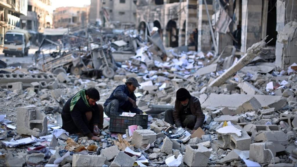 Damaszkusz, 2015. december 30. Szíriai férfiak használható tárgyak után kutatnak a törmelék közt a Damaszkusz közelében fekvõ Duma felkelõk uralta negyedében 2015. december 30-án, miután az Iszlám Állam szélsõséges iszlamista szervezet ellen harcoló nemzetközi koalíció újabb légicsapást mért a városra. (MTI/EPA/Mohammed Badra)
