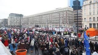 Varsó, 2016. január 9. Szabad médiát követelnek tüntetõk, akik az állami média vezetõinek új kinevezési módja ellen tiltakoznak a lengyel közszolgálati televízió, a TVP varsói székháza elõtt 2016. január 9-én. A január 8-án módosított médiatörvény szerint az országos rádió- és televíziótanács (KRRiT) helyett átmenetileg a kincstárügyi miniszter nevezi ki a közmédiának és felügyelõbizottságainak vezetõit. (MTI/EPA/Leszek Szymanski)
