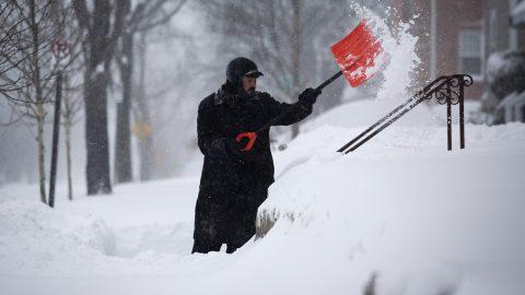 Washington, 2016. január 23.Egy férfi takarítja el a havat háza bejárata előtt Washingtonban 2016. január 23-án. A Jonas nevű hóvihar érkezése miatt az Egyesült Államok keleti államaiban hatvan-hetven centiméteres hóra számítanak. (MTI/EPA/Drew Angerer)