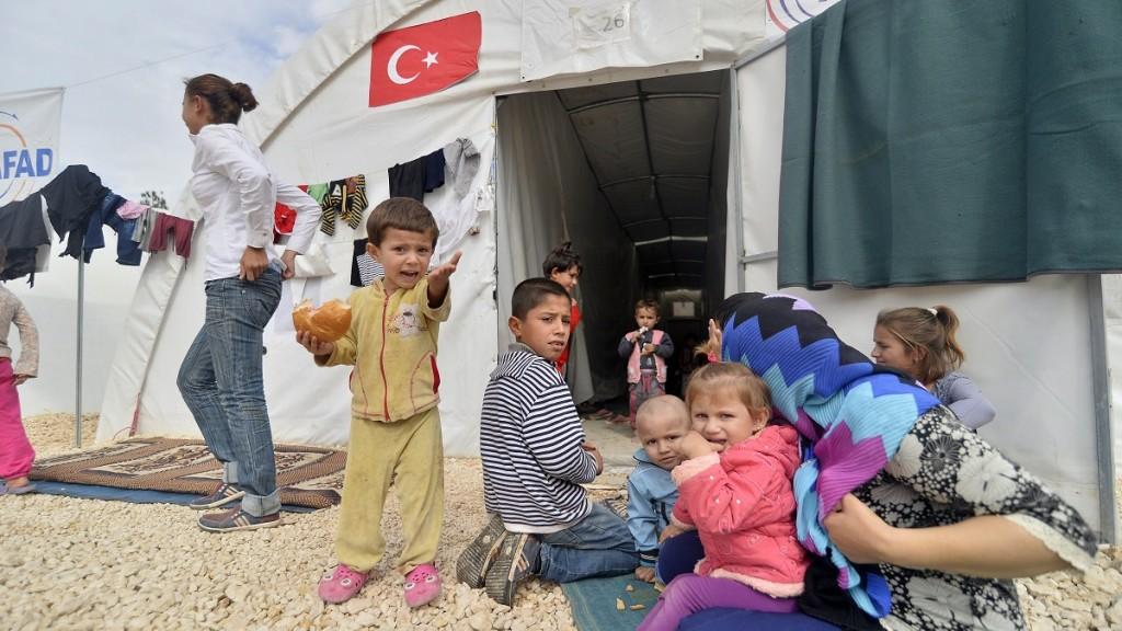 Sanliurfa, 2014. október 15. Szíriai gyerekek egy menekülttáborban, a török-szíriai határ közelében fekvõ törökországi Sanliurfában 2014. október 15-én. A határ túloldalán az Iszlám Állam szélsõséges iszlamista szervezet fegyveresei Kobani kurd várost ostromolják, a tábor lakói onnan menekültek el. (MTI/Anadolu/Ömer Ürer)