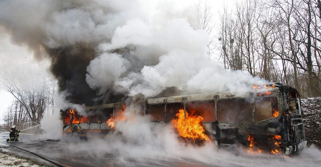 Zalasárszeg, 2016. január 5. Tûzoltó dolgozik egy csuklós autóbusz oltásán a 7-es fõúton Zalasárszeg közelében 2016. január 5-én. A teljes terjedelmében égõ, menetrend szerinti járaton 50-60 ember utazott, nem sérült meg senki. MTI Fotó: Varga György