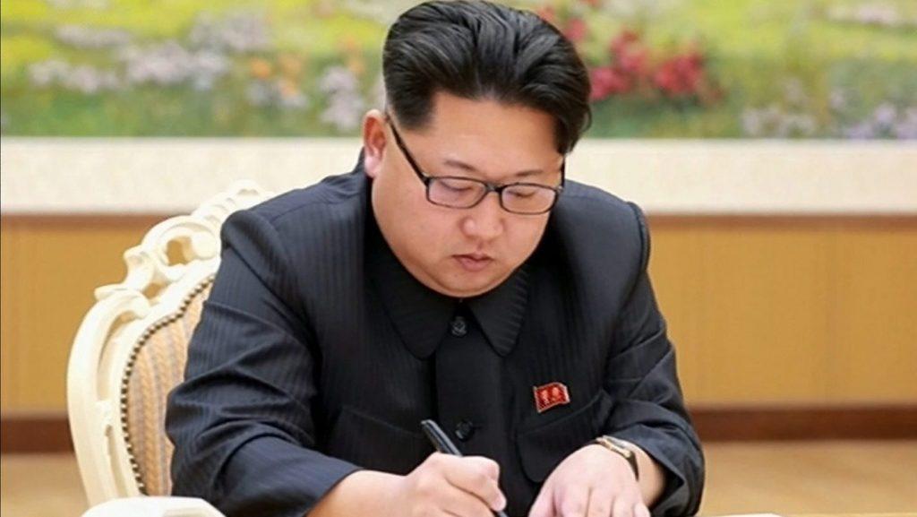 Phenjan, 2016. január 6. A KCNA észak-koreai hírügynökség által 2016. január 6-án közreadott képen Kim Dzsong Un elsõ számú észak-koreai vezetõ, a Koreai Munkapárt elsõ titkára aláírja az észak-koreai hidrogénbomba-teszt  végrehajtásának engedélyezésérõl szóló rendeletet Phenjanban. 2016. január 6-án Észak-Korea állítása szerint sikeres kísérleti robbantást hajtott végre egy hidrogénbombával. Nem sokkal korábban a dél-koreai és a kínai földtani intézet is arról számolt be, hogy emberi tevékenység, feltételezhetõen robbanás okozta földrengést észlelt a Koreai NDK-ban. (MTI/EPA/KCNA/Yonhap)