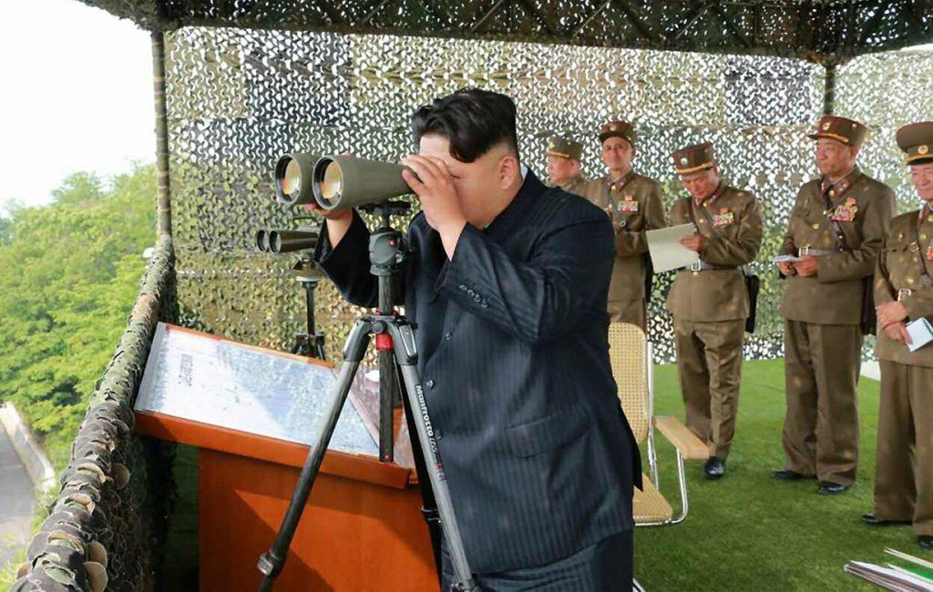 Észak-Korea, 2015. június 18.A Rodong Sinmun című észak-koreai pártlap által 2015. június 18-án közreadott dátummegjelölés nélküli képen Kim Dzsong Un első számú észak-koreai vezető, a Koreai Munkapárt első titkára megtekint egy légvédelmi hadgyakorlatot egy ismeretlen észak-koreai helyszínen. (MTI/EPA/Yonhap/Rodong Sinmun)